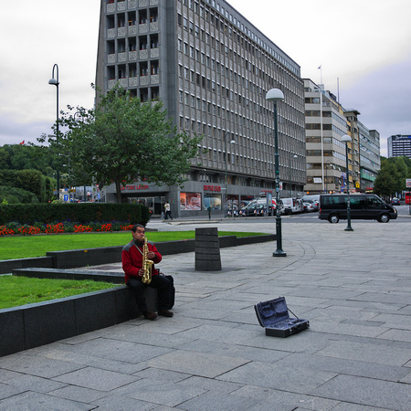 Accordion player, Between the harbour and the National Theatre of Oslo